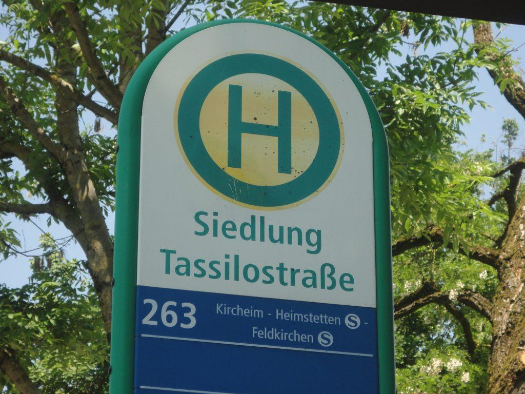 Haltestelle Siedlung Tassilostraße, Bitte hier aussteigen